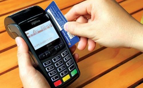 Quẹt thẻ để giải nhiệt cho ATM